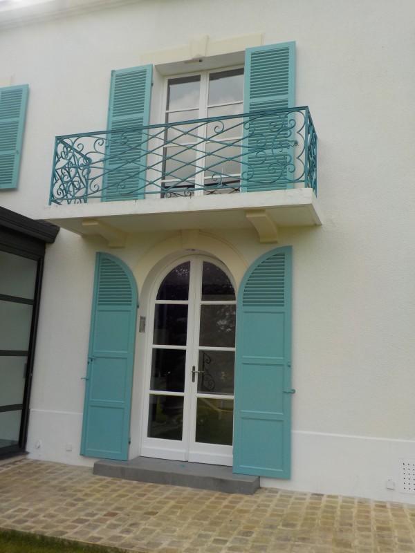 couleur volet maison ancienne grandes persiennes metalliques vertes pour une maison ancienne. Black Bedroom Furniture Sets. Home Design Ideas